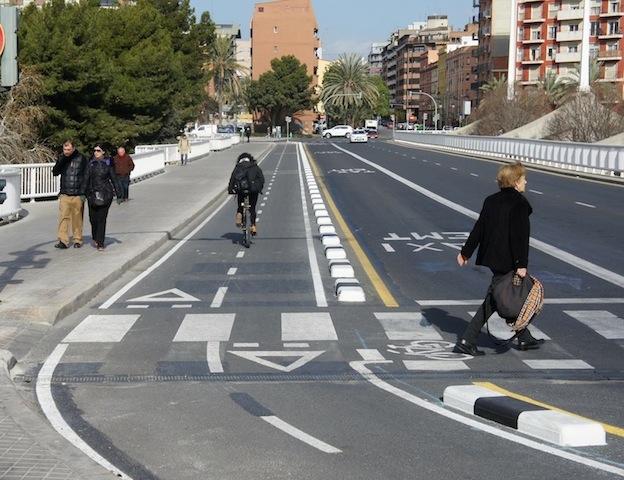 Carril bici segregado Pont de les Arts
