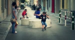 Niños y niñas jugando en la calle